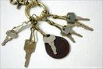 厚い鍵でなければ、1つのスナップに2つの鍵を付けることもできます。レザータグと重ねて付けた鍵は、他の鍵との見分けが簡単で、すぐに選べて便利です。(画像の品はnatural brown)